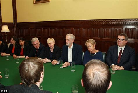 Uk Shadow Cabinet by Corbyn Chairs Meeting Of His Shadow Cabinet