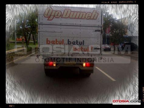 Typografi Foto Tulisan Unik tulisan lucu dan seni grafik di belakang truk truk