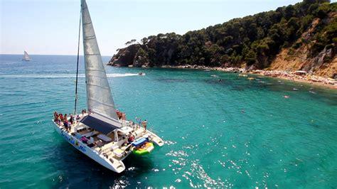 catamaran barbacoa barcelona alquiler catamaranes a vela para grupos en barcelona