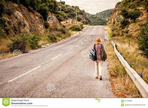marche sur la route rurale photo stock image 57142688