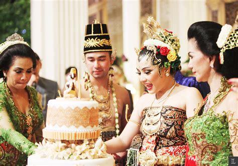 Baju Resepsi Jawa inspirasi pernikahan adat jawa