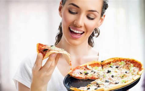 Pisau Pizza mana yang benar makan pizza pakai tangan atau garpu dan