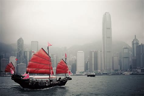 buy a boat hong kong wall glass art hong kong red boat buy at europosters eu