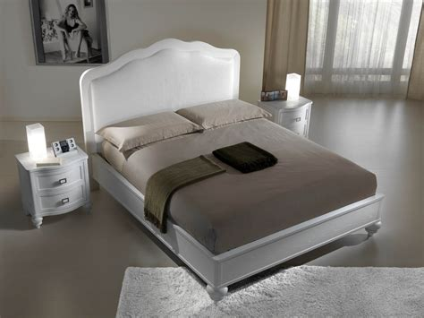letto con spalliera imbottita letto in legno di frassino con la testata in pelle