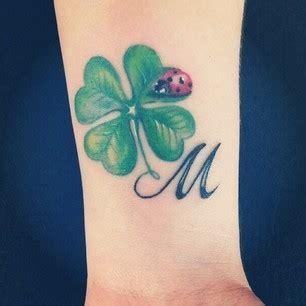 tatuaggi quadrifoglio con lettere tatuaggi con iniziali una piccola guida per scegliere il