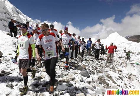 rekomendasi film pendakian gunung foto ratusan peserta ramaikan lomba maraton 42 km di