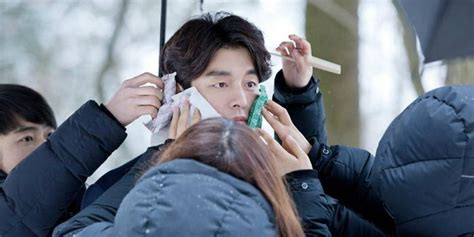 gong yoo film ve dizileri the staff try their utmost to keep gong yoo warm during