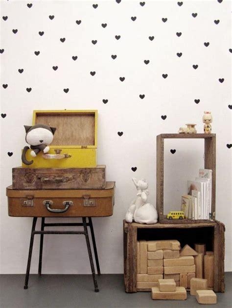 tapisserie chambre d enfant sublimez vos int 233 rieurs en mettant un papier peint blanc