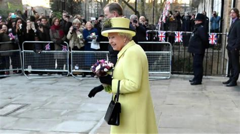 queen elizabeth purse signals see how queen elizabeth uses her handbag to signal her