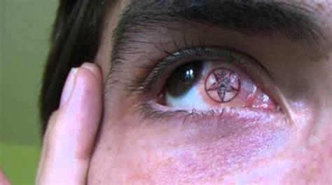 zoom sur le tatouage sur l œil