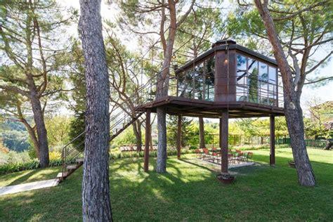 dormire casa sull albero dove dormire e mangiare sugli alberi in italia