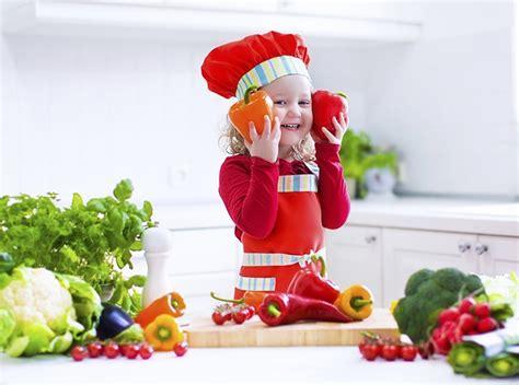 far cucinare i bambini in cucina con i bambini qualche idea creativa per