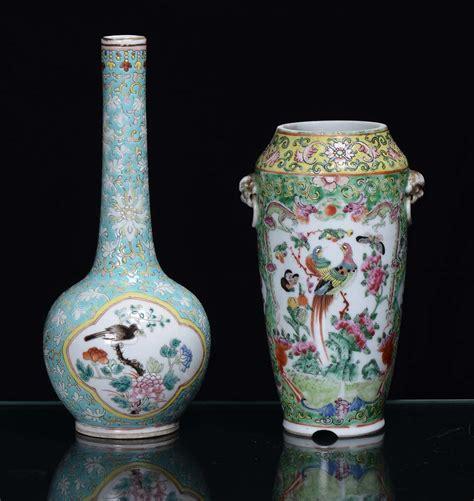 in un vaso di porcellana lotto di un vaso e una bottiglia in porcellana con