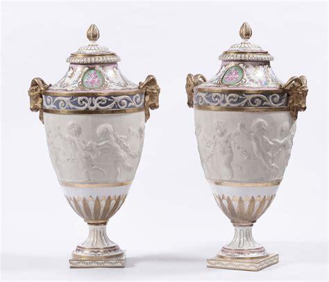 vasi in porcellana coppia di vasi in porcellana e biscuit xix secolo