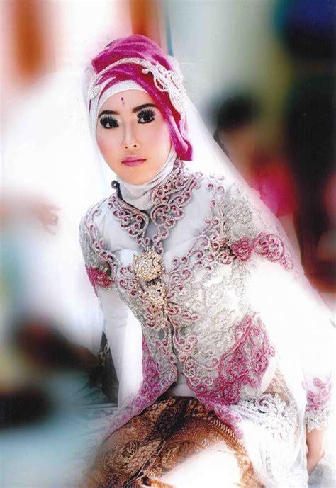 foto hijab modern gaun pengantin perempuan dengan hijab warna putih dan