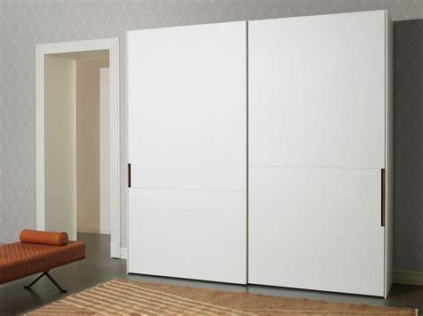 kleiderschrank weiß holz graue wandfarbe wohnzimmer