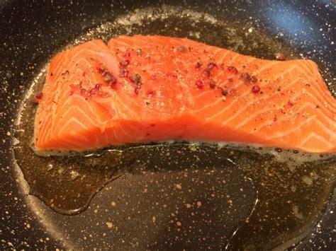 cucinare il salmone in padella ricette trancio di salmone in padella le ricette di