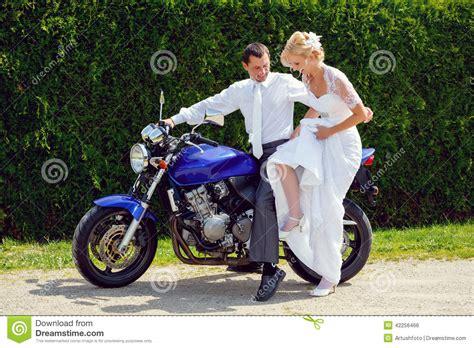braut motor piękna młoda ślub para na motocyklu zdjęcie stock obraz