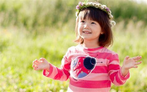 wallpaper girl happy happy little girl in flowers wreath wallpapers 1280x800
