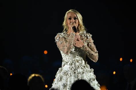 carrie underwood kings and queens song carrie underwood s six best looks from the 2017 cma awards