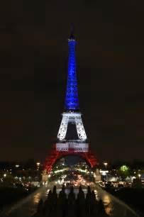 torre eiffel illuminata la torre eiffel si riaccende con i colori della bandiera