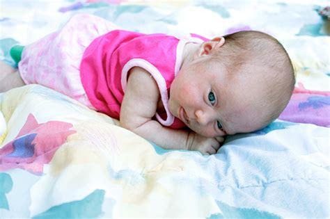 bauch liegen schwangerschaft zeit auf dem bauch zu liegen f 252 r neugeborene pers