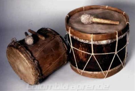 imagenes instrumentos musicales de colombia canal etnico dos tamboras con sus baquetas