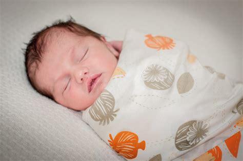 neonato in fasciare un neonato guida pratica mammapoppins