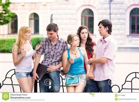 imagenes libres estudiantes grupo de estudiantes adolescentes sonrientes felices fuera