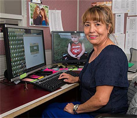 help desk customer service representative resolves