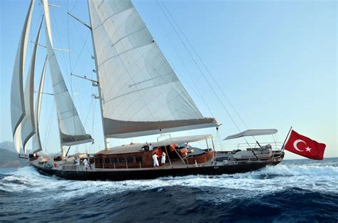 zeilboot leasen new james bond film skyfall features the luxury sailboat