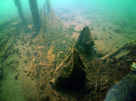 Plastik Kemasan Bentuk Ikan foto pemungutan sah didasar danau lut tawar