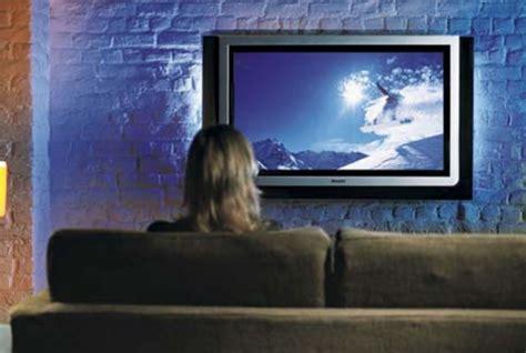 imagenes graciosas viendo television personas infelices pasar 237 an m 225 s tiempo viendo televisi 243 n