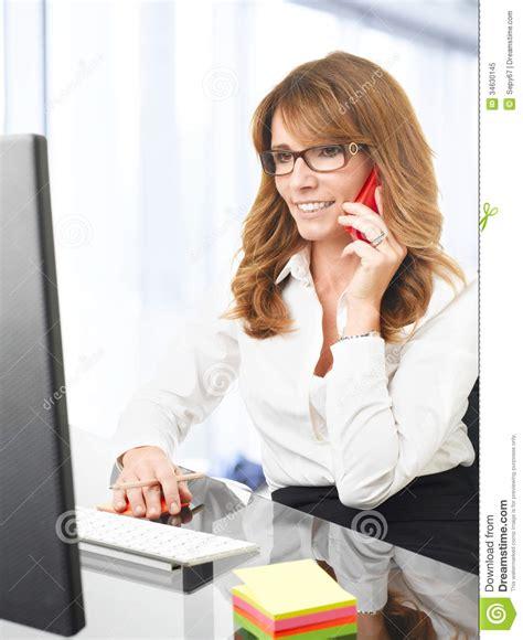 Femme D Affaires De Sourire Au T 233 L 233 Phone Dans Le Bureau T L Phone De Bureau