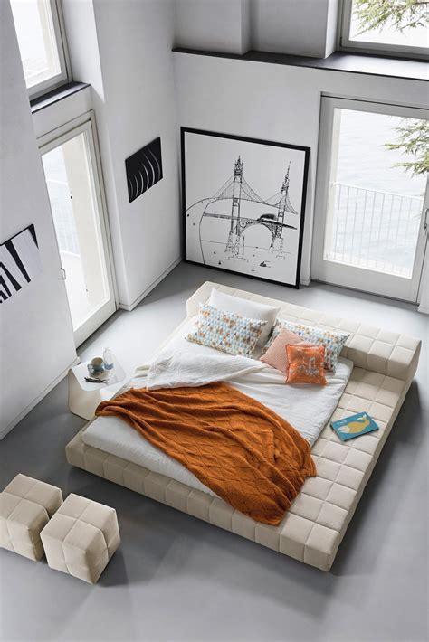 letto centro stanza letti tessili a parete e anche a centro stanza cose di casa