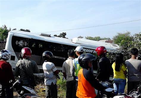 kabar berita kecelakan di ambon hari ini kecelakaan di pati hari ini bus subur jaya nyungsep di