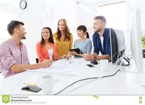 equipe bureau 201 quipe ou 233 tudiants cr 233 atifs heureux travaillant au bureau