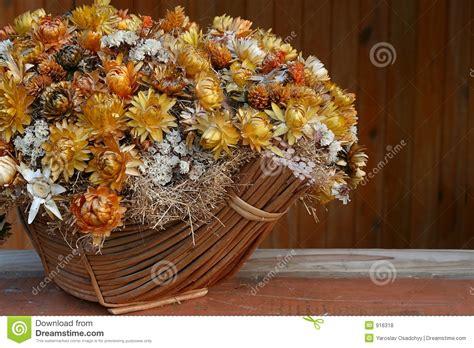 imagenes de flores secas grupo de flores secas na cesta fotos de stock royalty free