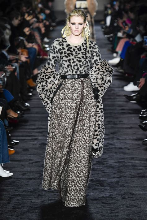 Laras Maxi By Fn Fashion lara walks max mara fashion show in milan 02 22 2018