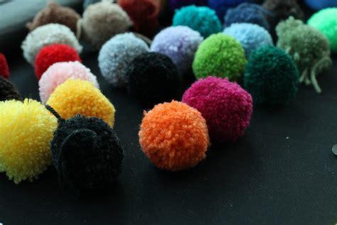 hacer una alfombra  pompones de lana