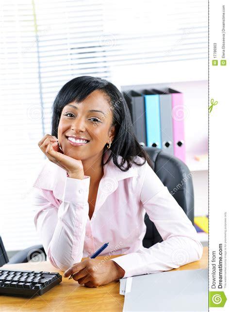 femme de m駭age bureau femme d affaires au bureau dans le bureau photos