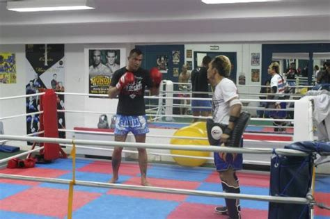 Poxing Smile Abu Abu muay thai sparring wit a trainer from thailand in cobra