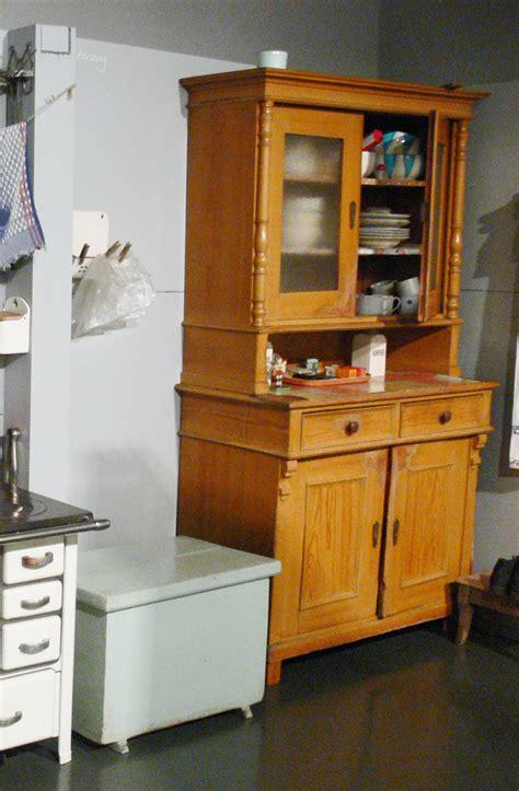 alacenas de cocina antiguas c 243 mo decorar con antiguas alacenas y vitrinas