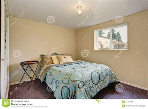 da letto semplice da letto semplice con tappeto porpora fotografia