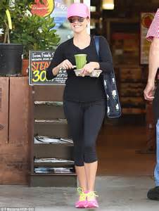 Reese Witherspoon Diet And Workout by Reese Witherspoon Dashes To Get A Healthy Green Juice
