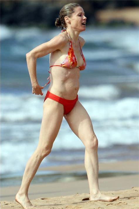 julie bowen measurements height weight bra size body julie bowen in a bikini skinny vs curvy