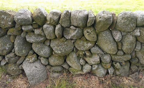 freistehende mauer bauen findlingsmauer bauen gestaltungsfragen