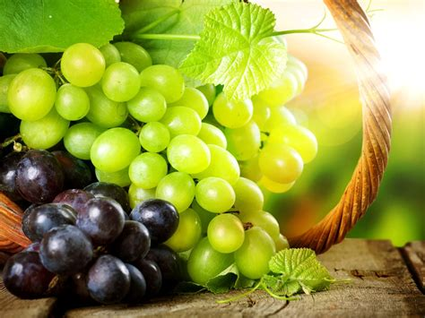 imagenes de uvas y frases beneficios de las uvas verdes y rojas para la salud