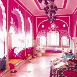 un salon multicolore indien