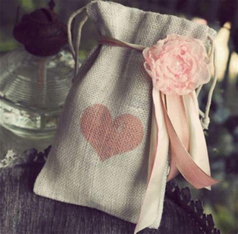 cara bungkus kado gulung cara membungkus kado romantis untuk orang tersayang